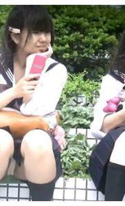 『JK盗撮』風が強い中座り込んでる女子校生の正面からパンチラゲット!無防備JKの二人同時にパンツ見えちゃった♡